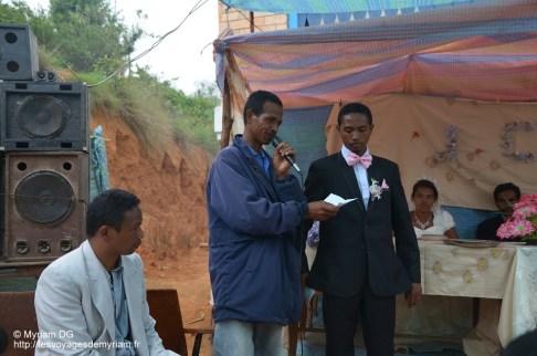 Le marié se doit de donner quelques billets à la famille de la marié.
