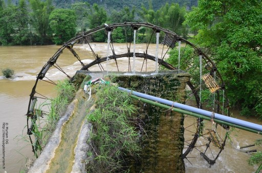 La roue tourne et dispose de bambous qui sont mis de telle manière qu'en tournant, ils se relèvent puis se penchent pour verser l'eau dans le tuyau d'irrigation.