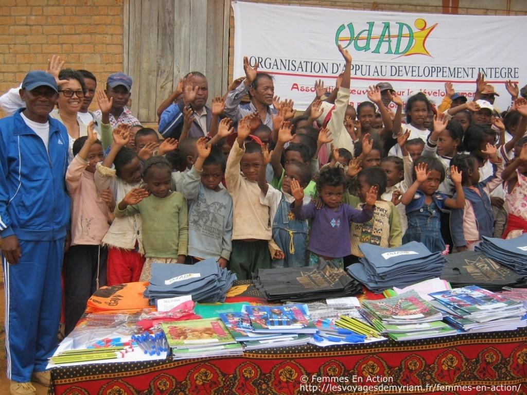 Dotation de kits scolaires à l'école d'Andozoka, Madagascar