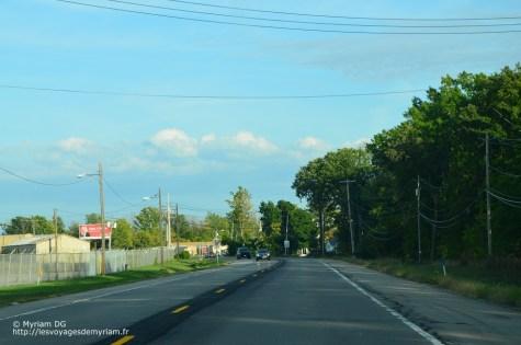 Les routes secondaires sont larges comme des autoroutes françaises: