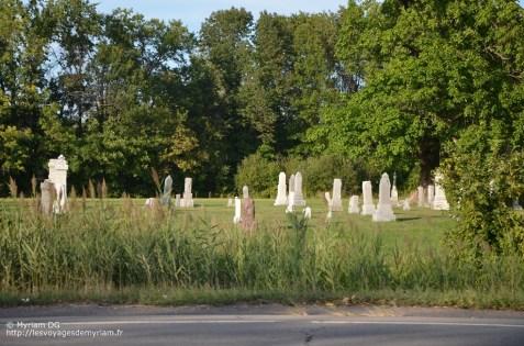 Les cimetières sont vraiment le long des routes et sans stèles comme en France
