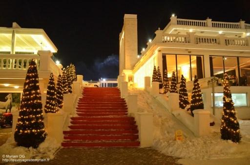 Les escaliers menant au restaurant et à la terrasse