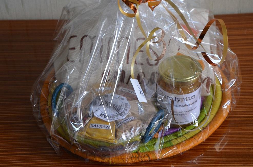 Lot des produits malgache composé de 150g de mile d'eucalyptus, d'un panier de 7 épices, d'un dessous de plat ainsi que d'un tote-bag