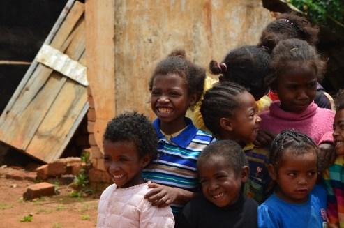 Enfants de l'école d'Andozoka, à Madagascar. Avec mon association Femmes En Action, nous avons soutenu cette école en offrant du matériel et fournitures scolaires, ainsi que des jouets, des livres, des meubles et en payant une partie du salaire d'une institutrice pour 1 an.