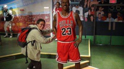 Myriam bien petite à côté de Michael Jordan !