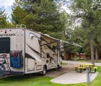 D'énormes camping-cars et caravanes au Yellowstone park West Gate Koa
