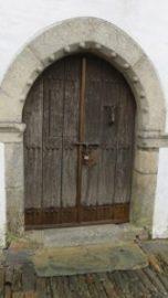 Porte en ogive dans la rue du château