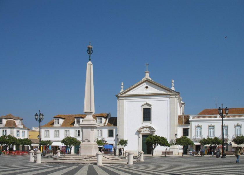 La place centrale et l'église de Vila Real de Santo Antonio