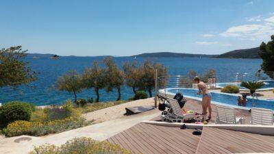 Sur la plage du camping Belvédère de Seget Vranjica
