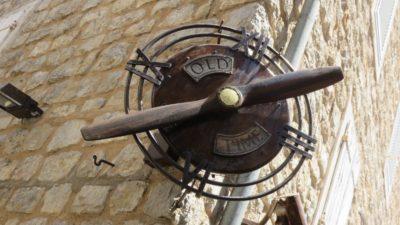 Horloge originale dans la vieille ville de Budva - Monténégro