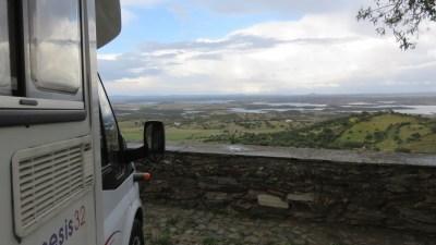 Vue depuis Monsaraz sur la plaine et la rivière Rio Guadiana et le lac Aquavela