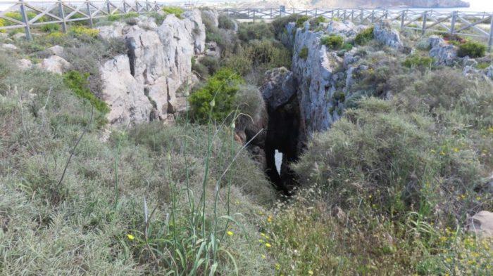 Grotte dans la forteresse de Sagres