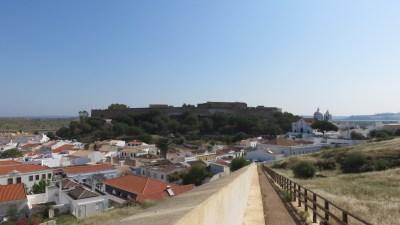Vue sur le village et le château depuis la forteresse de Castro Marim