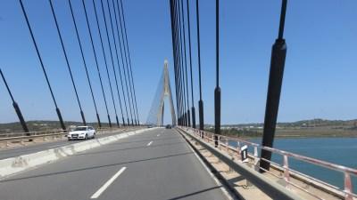Sur le pont au dessus du fleuve Guadiana vers l'Espagne