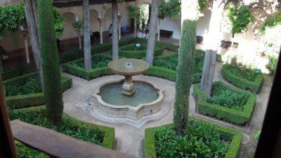 Patio et jolie fontaine à l'Alhambra