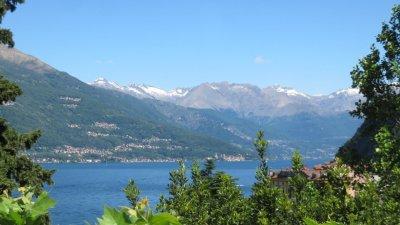 Le lac de Côme et les sommets enneigés