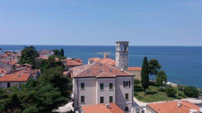 Vue sur la ville et la tour de la baie de Peskera depuis la Basilique euphrasienne de Porec
