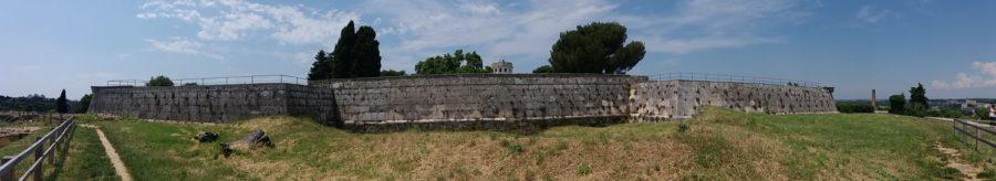 Les remparts du château de Pula
