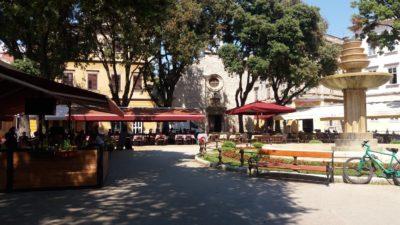 Sur une place dans la vieille ville de Pula
