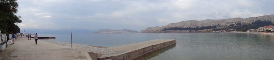 La plage et le bord de mer à Baska (Croatie)