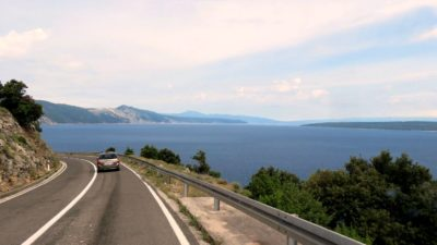 On approche de l'embarcadère de Merag sur l'île de Cres (Croatie)