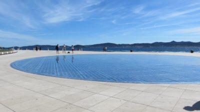 """Le panneau solaire """"Le salut au soleil"""" sur les quais de bord de mer de Zadar"""