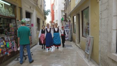 Croates en costume folklorique à Zadar