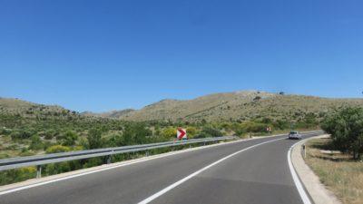 Montagnes pelées et éoliennes près de Zaboric (Croatie)