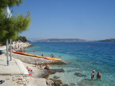 La plage du camping Belvédère de Seget Vranjica (Croatie)