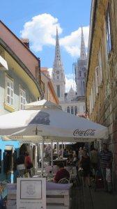 Ruelles piétonnes de Zagreb et la cathédrale en fond