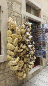 Eponges à la vente dans les rues piétonnes de Trogir