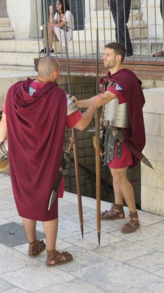 Soldats romains devant le mausolée de Dioclétien - Split
