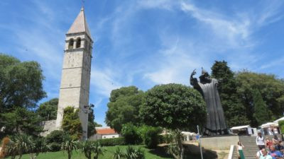 La statue de Grégoire le Nin et le Campanile de l'ancien monastère des Bénédictins - Split