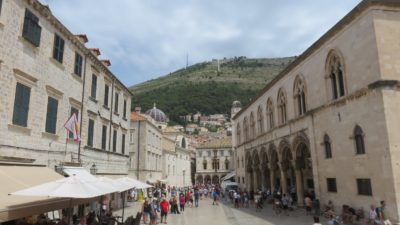 La place de la Loggia et au fond le palais Sponza - Dubrovnik