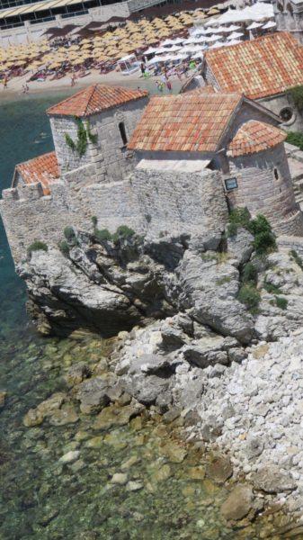 Vue sur la citadelle et la plage depuis... la citadelle de Budva - Monténégro
