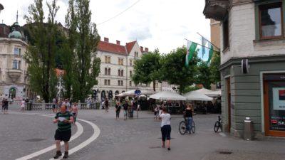 Sur la place centrale de Ljubljana