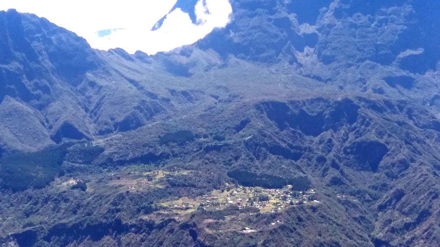 Vue sur La Nouvelle dans le cirque de Mafate depuis le Piton Maïdo - Réunion