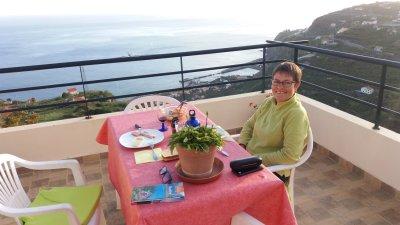 Dîner sur la terrasse de notre gite à Ponta do Sol (Madère)