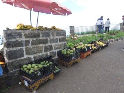 Vente de fruits près du phare de Sao Jorge - Madère