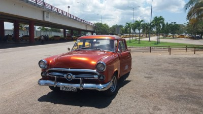 Notre taxi devant l'aéroport de La Havane (Cuba)