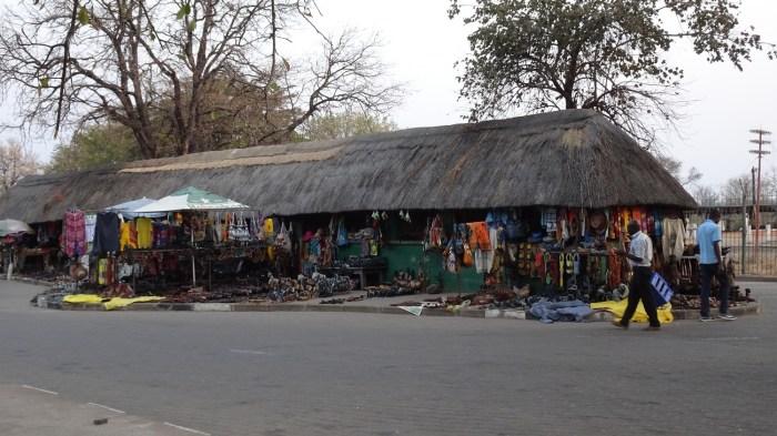 Magasins de souvenirs en face des chutes Victoria - Victoria Falls (Zimbabwe)