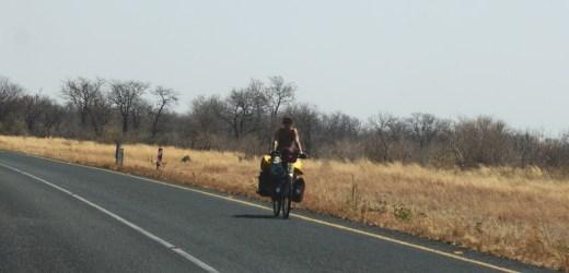 Une cycliste courageuse sur la route entre Nata et Kasane - Botswana