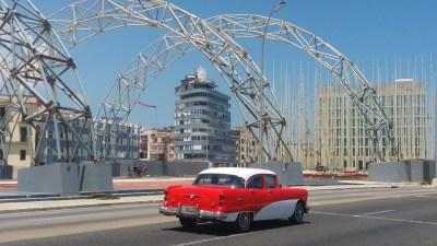 Belle américaine le long de Malecon - La Havane (Cuba)