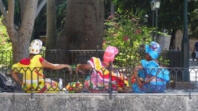 Cubaines en tenue folklorique sur La place d'Armes - La Havane (Cuba)