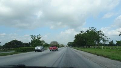 Sur l'autoroute La Havane - Vinales (Cuba)