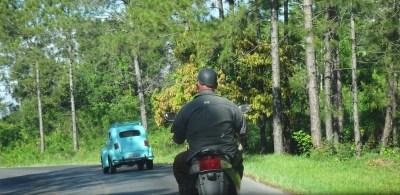 Curieux casque de moto (sur la route entre Vinales et Pinar del Rio - Cuba)