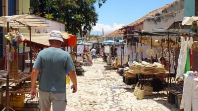 Marché dans les rues pavées de Trinidad - Cuba