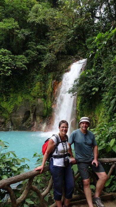 Devant la cascade du Rio Celeste aux eaux turquoises - parc du volcan Tenorio (Costa Rica)