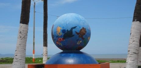 Globe bleu sur le bord de mer de Puntarenas - Costa Rica
