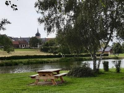 L'aire de Cressat (Creuse) au bord de l'étang